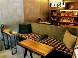 シンプルな木質を基調としたスタイルで、グリーンが飾られたオシャレな店内。
