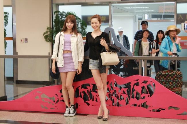 松山空港に到着した八木アリサ(左)と藤井リナ(右)